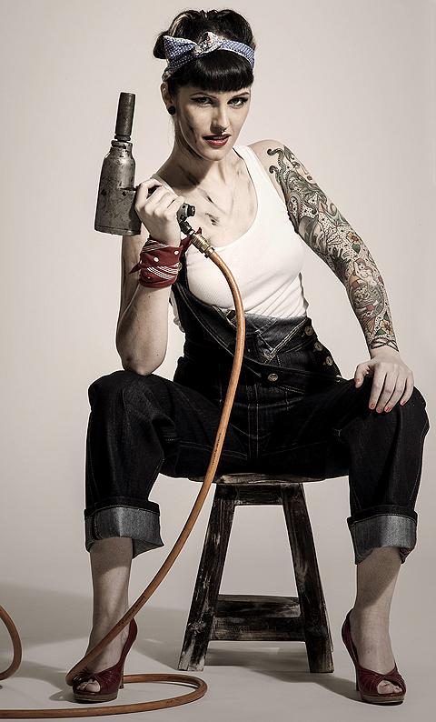 Anne mit Druckluftschrauber